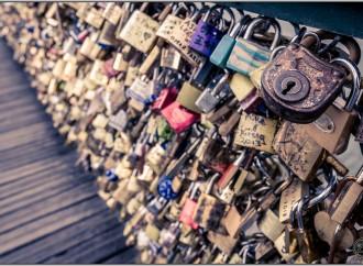 Un sello de amor en los puentes de París