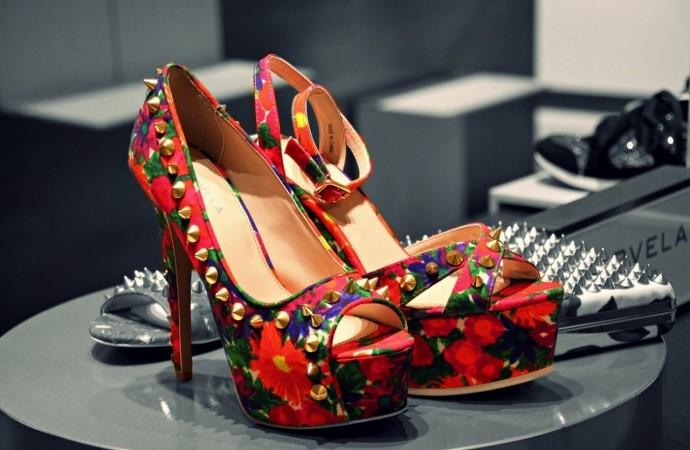 Moda: zapatos de plataformas y tachas