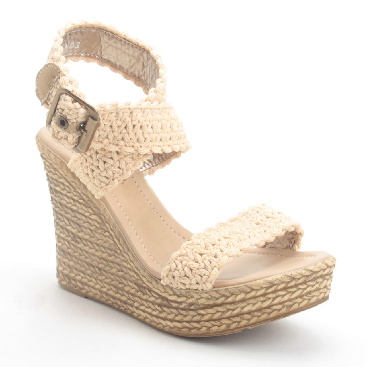Sandalias de plataforma Mujer No hay productos que cumplan estos requisitos. Las sandalias de plataforma para mujer son una forma muy original y divertida de vestir bien en verano, o en días más calurosos con mucha más elegancia de lo que podrías llevar con otros zapatos.