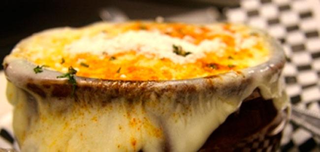 Sopa invernal de cebolla y queso